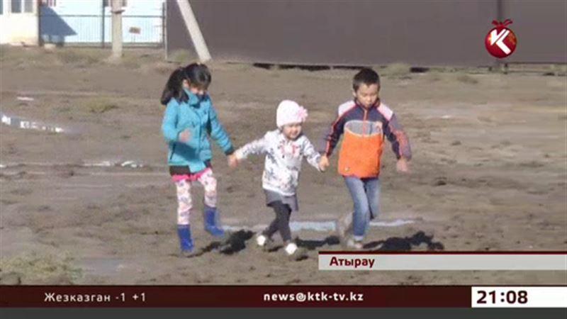 В Атырау люди и машины утопают в грязи
