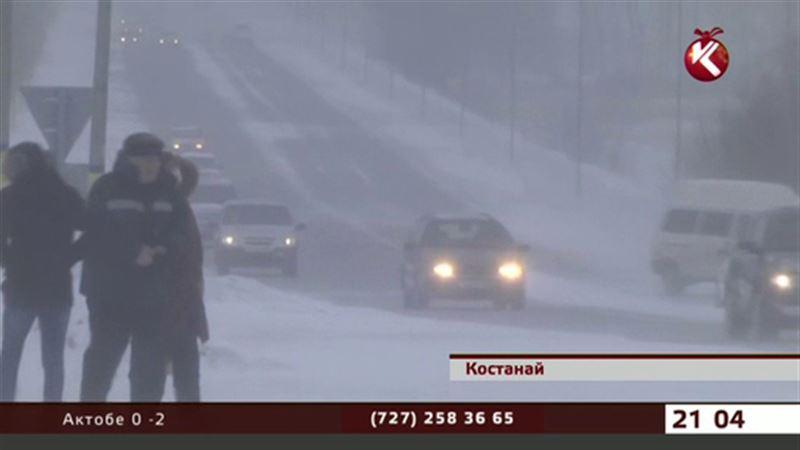 На севере Казахстана из-за сильного бурана закрыли трассы
