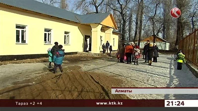 Чиновники обещают построить туалет в школе на окраине Алматы