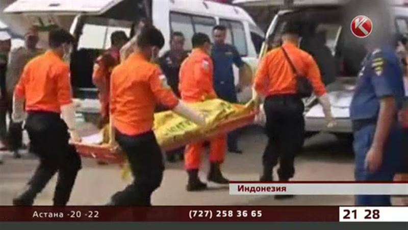 Обнаружили тела еще пяти пассажиров с самолета компании AirAsia