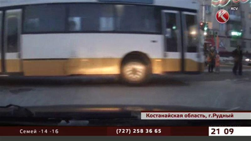 Водитель автобуса из Рудного едва не задавил пешеходов