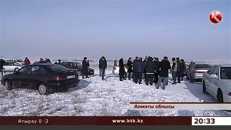 Алматы облысында жерінен айрылған жұрт әкімдікке басып кірді
