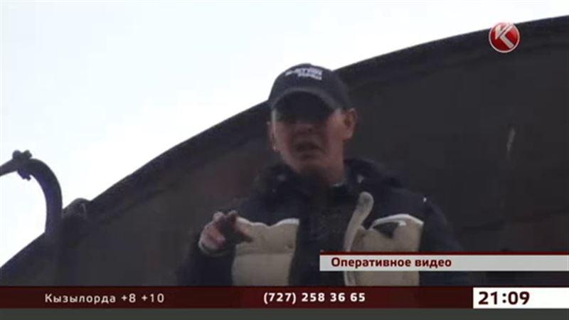 Бывший пациент тубдиспансера потребовал путевку в санаторий с высоты 15 метров