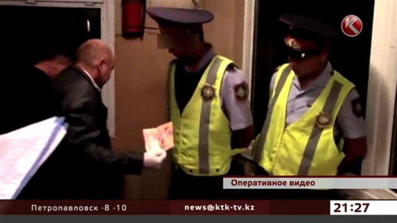 Дорожный полицейский брал взятки исключительно в туалете