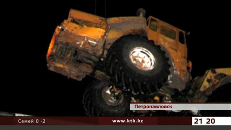 В СКО на рельсы чуть не упал многотонный трактор