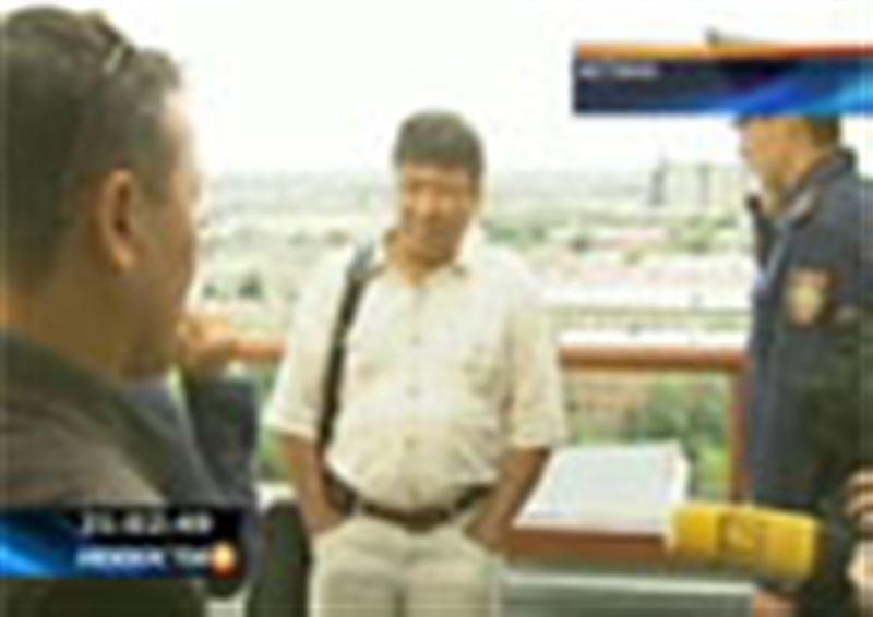 Три жительницы Астаны забрались на крышу многоэтажного здания и пообещали покончить с собой