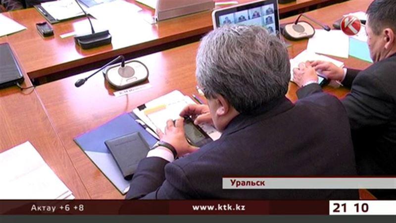 Аким ЗКО решил отобрать у подчиненных телефоны