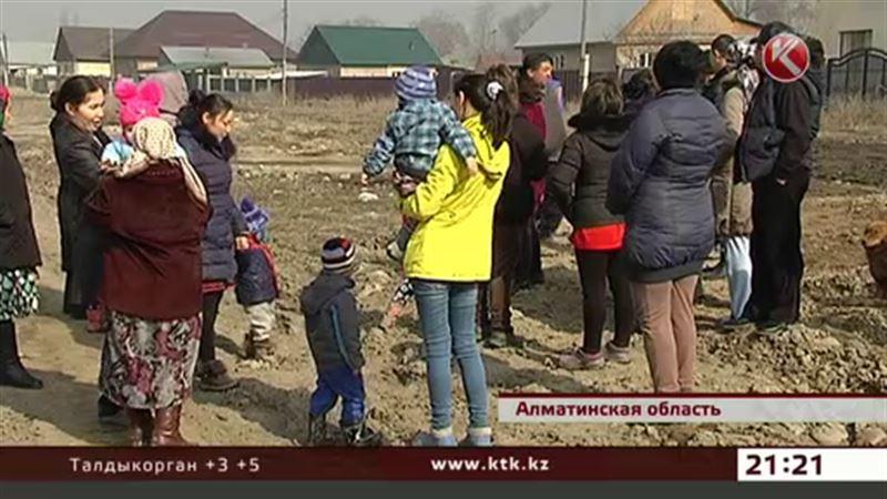 Землю, где должны построить школу, продают, утверждают жители Кызыл Ту