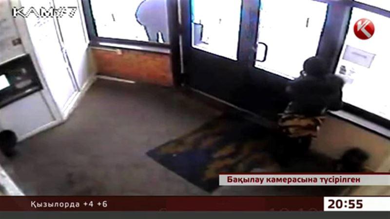 Петропавлда жәшіктегі ақшаны ұрлап жатқан қыз камераға түсіп қалды