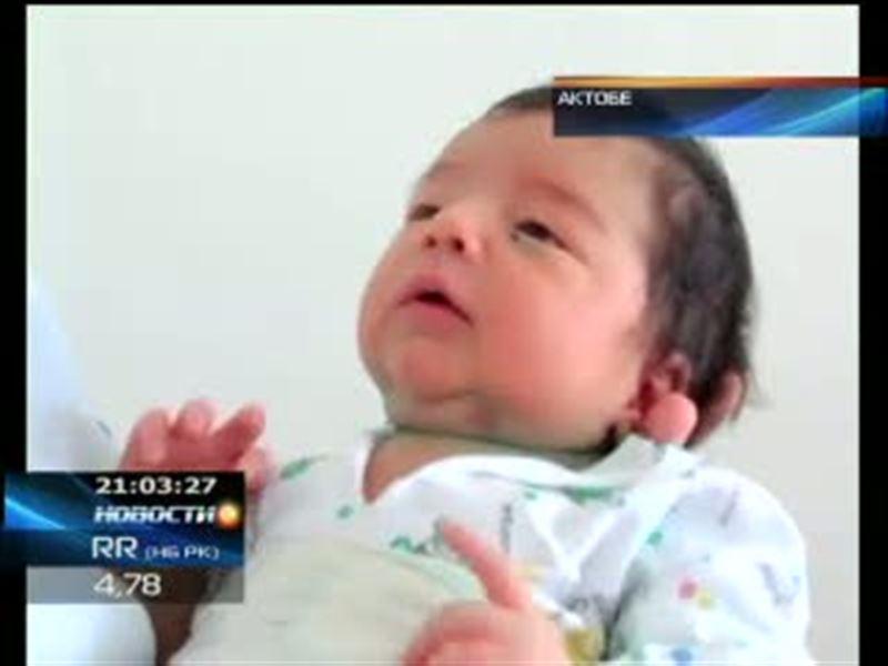 Скандал в Актобе. Родители новорожденных малышей обвиняют врачей в том, что они заразили их детей прямо в роддоме