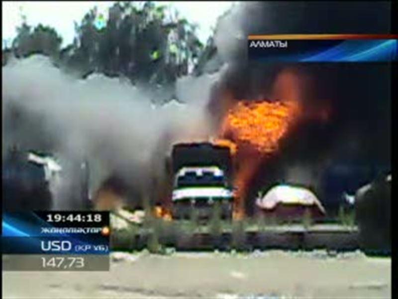 В Алматы на одном из автотранспортных предприятий загорелись два бензовоза