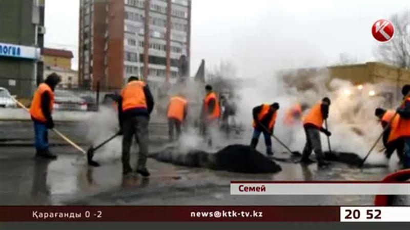 Дорожники Семея укладывают асфальт прямо в лужи и грязь
