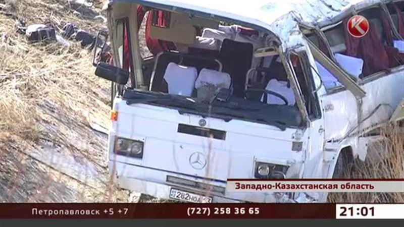 В ЗКО пассажирский автобус слетел с моста в реку, есть жертвы