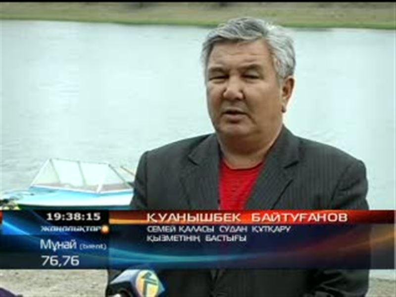 В Семее не прекращается поисковая операция на Иртыше.  Ищут тело молодого человека, упавшего в реку вместе с машиной