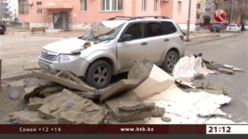 В Атырау облицовка дома рухнула на припаркованную машину