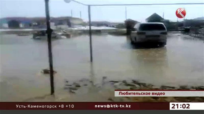 В Кандыагаше Актюбинской области своими силами борются с подтоплением