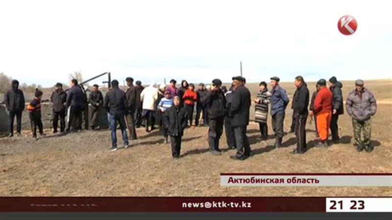 Все пастбища близ села Талдысай в частных руках, и актюбинцам негде пасти скот