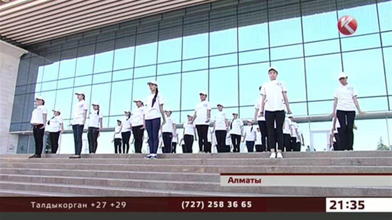 Медики и студенты станцевали для ветеранов