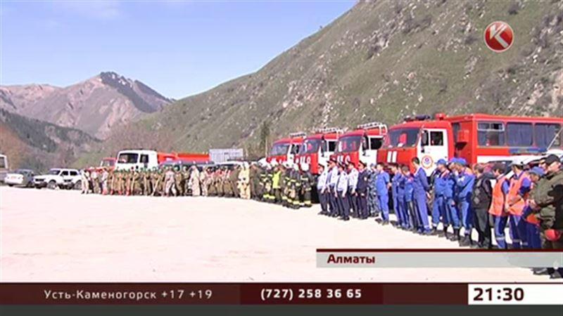 В алматинских горах тренировались пожарные, спасатели и… собаки