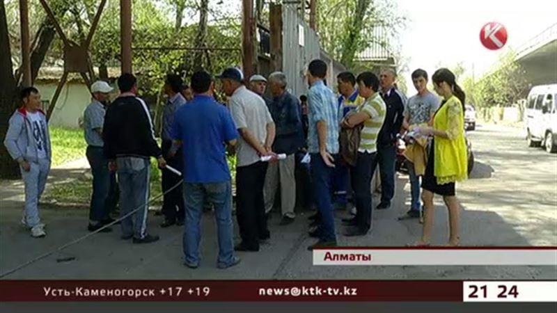 В Алматы бывшие рабочие бетонного завода бьются за свою заплату