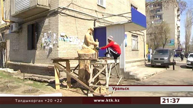 В Уральске скульптуры делают из бревен