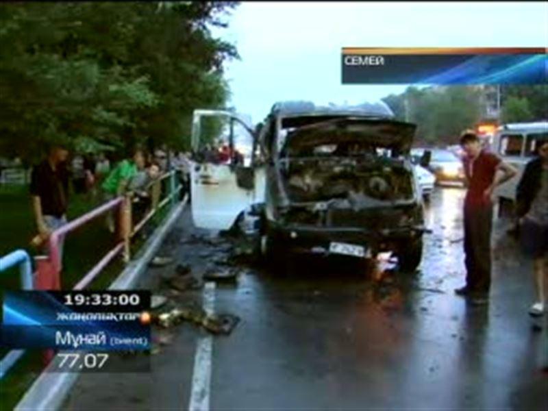 В Семее сгорел пассажирский микроавтобус