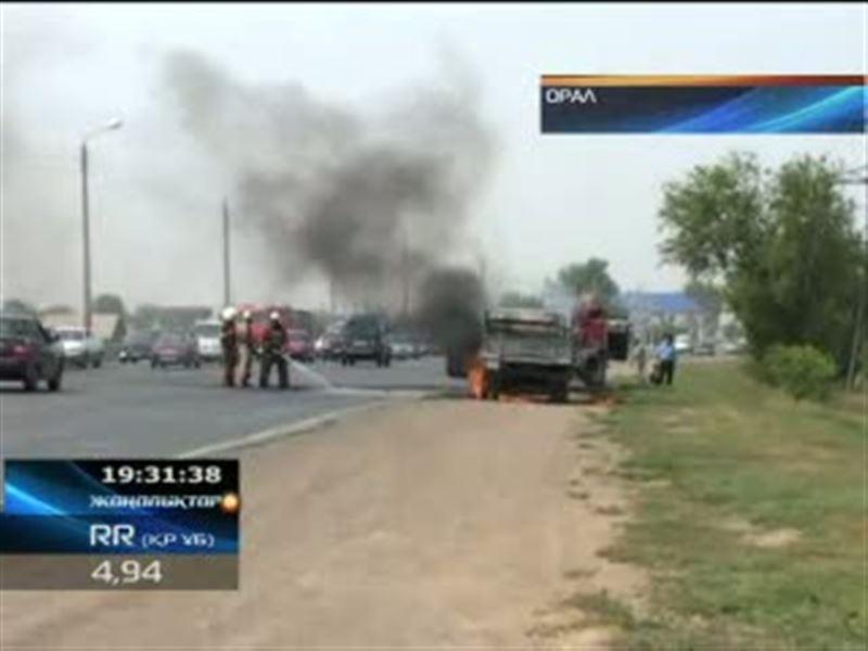В Уральске днем посреди улицы загорелась маршрутка, в регионе по-прежнему держится аномальная жара