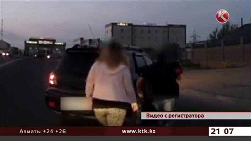 В Актау из машины на ходу выпал ребенок