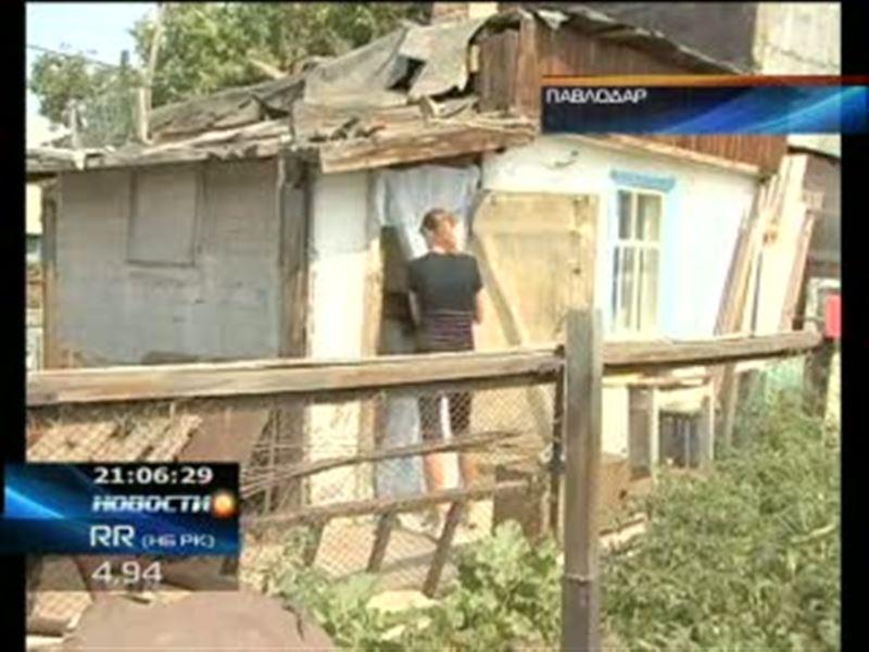 В Павлодаре многодетная мать вместе с детьми  живет в надворной пристройке