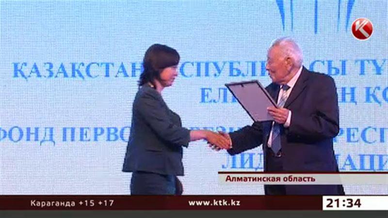 Фонд первого Президента наградил лучших учителей и учащихся