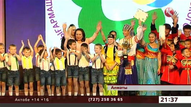 В Алматы воспитанники детдомов пели, танцевали, рисовали