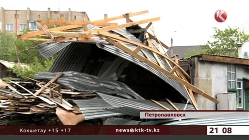 В СКО ураганный ветер валил деревья и срывал крыши