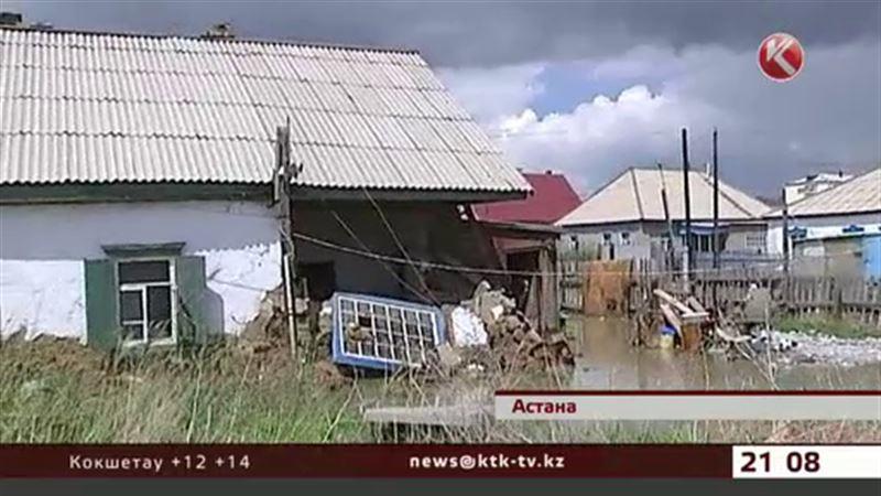 В Астане начали рушиться затопленные коттеджи