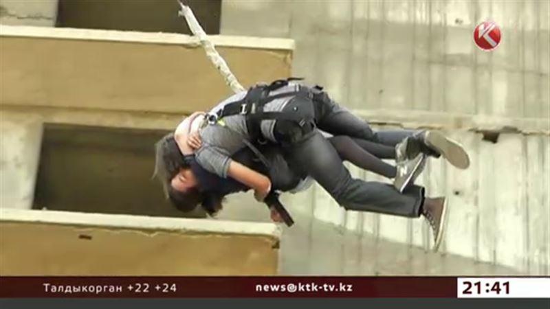 В Семее 30 человек спрыгнули с 12-этажного дома