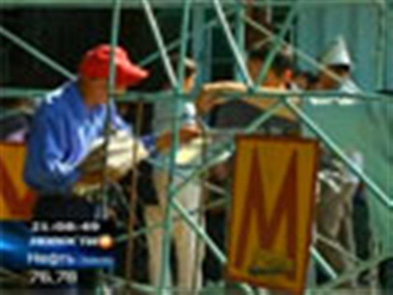 Рабочие, которые укладывали рельсы в алматинском метрополитене, изменили форму акции протеста