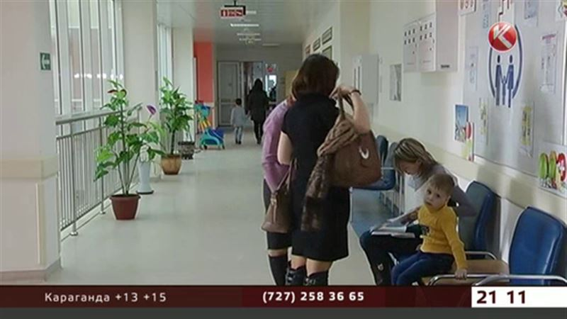 В Алматы в школьный автобус врезалась иномарка
