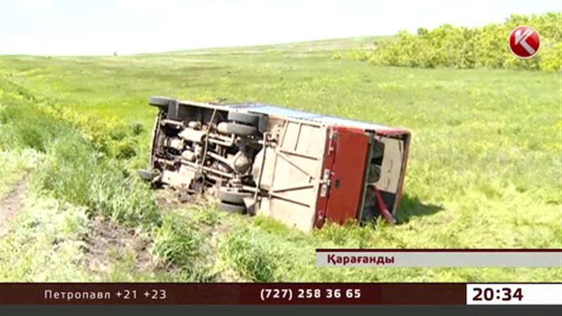 Қарағандыда жолаушыларға лық  толы автобус  аударылды.