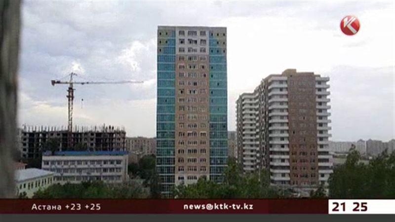 В центре Алматы с 18 этажа полетели доски, кирпичи и увесистые мешки