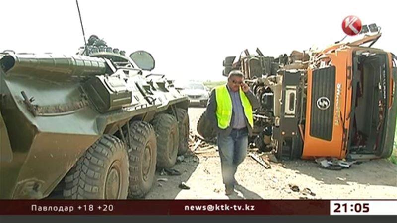 Военные пострадали при столкновении БТР и грузовика