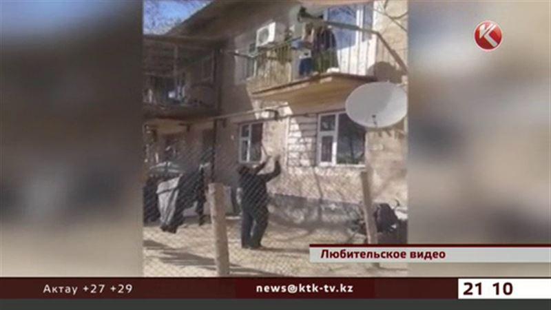 Чтобы быстрее выйти на прогулку, казахстанцы бросают ребенка с балкона