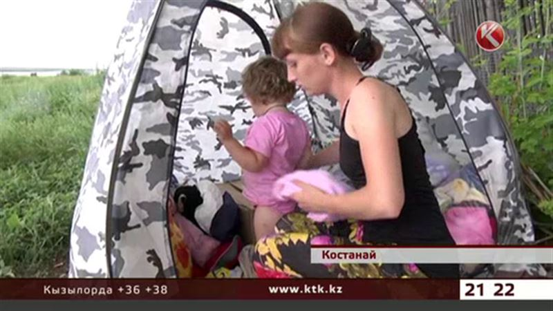 Семья с маленьким ребенком поселилась прямо на берегу реки в костанайской глубинке
