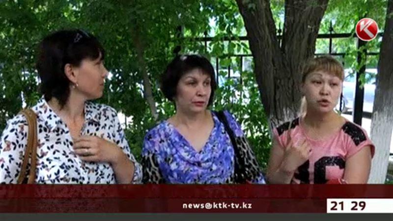 В Актобе родители требуют вернуть уволенную учительницу