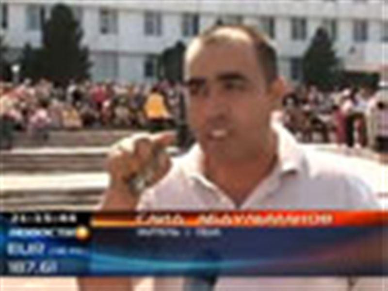 В Оше опять начались акции протеста, демонстранты даже напали на одного из министров страны