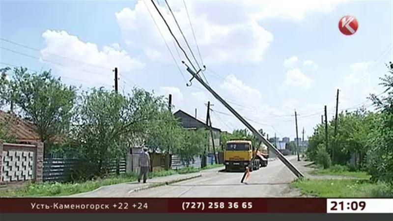 Столб с высоковольтными проводами перепугал жителей Астаны