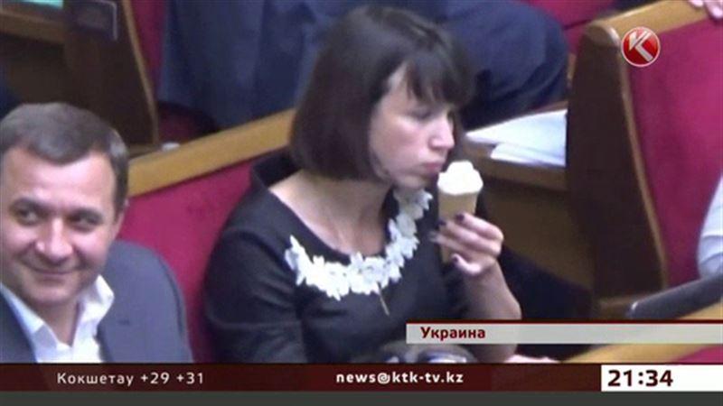 Депутат с мороженым возбудила общественность