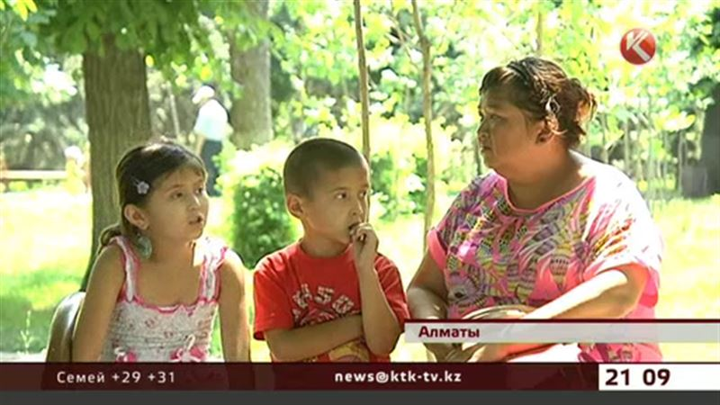 Мать с двумя детьми ищет мужа-алиментщика и ночует на вокзале Алматы