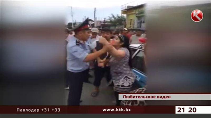 Очередную даму, напавшую на полицейских, отправили в изолятор