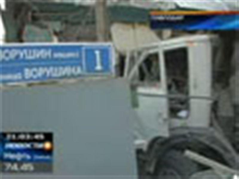 В Павлодаре грузовик врезался в жилой дом
