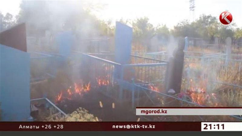Кладбище, расположенное рядом с нефтебазой, полыхало в Уральске