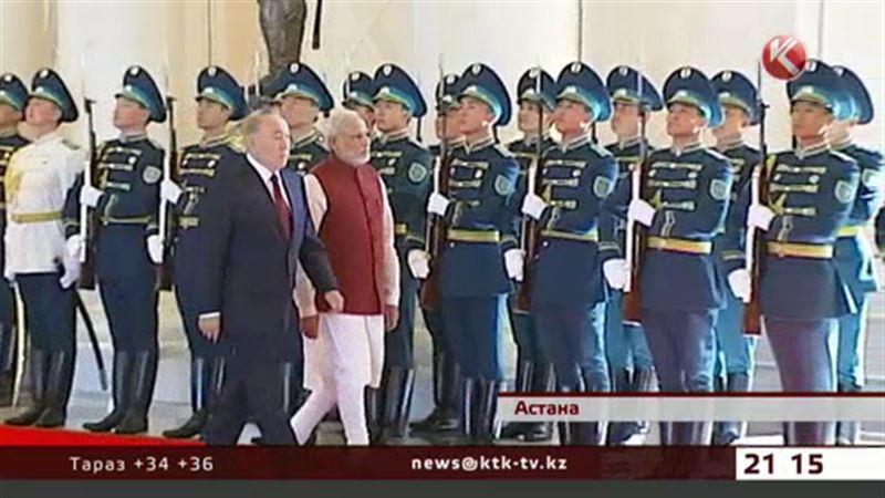 Премьер-министр Индии пришел к Назарбаеву в национальной одежде